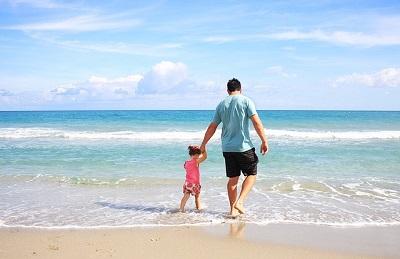 partnerschaft, vater mit kind am strand, elitepartner studie