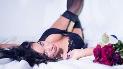Am Weltorgasmustag ein Sex-Abenteuer? Hier liegt bereits eine Frau in Dessous auf dem Bett und wartet